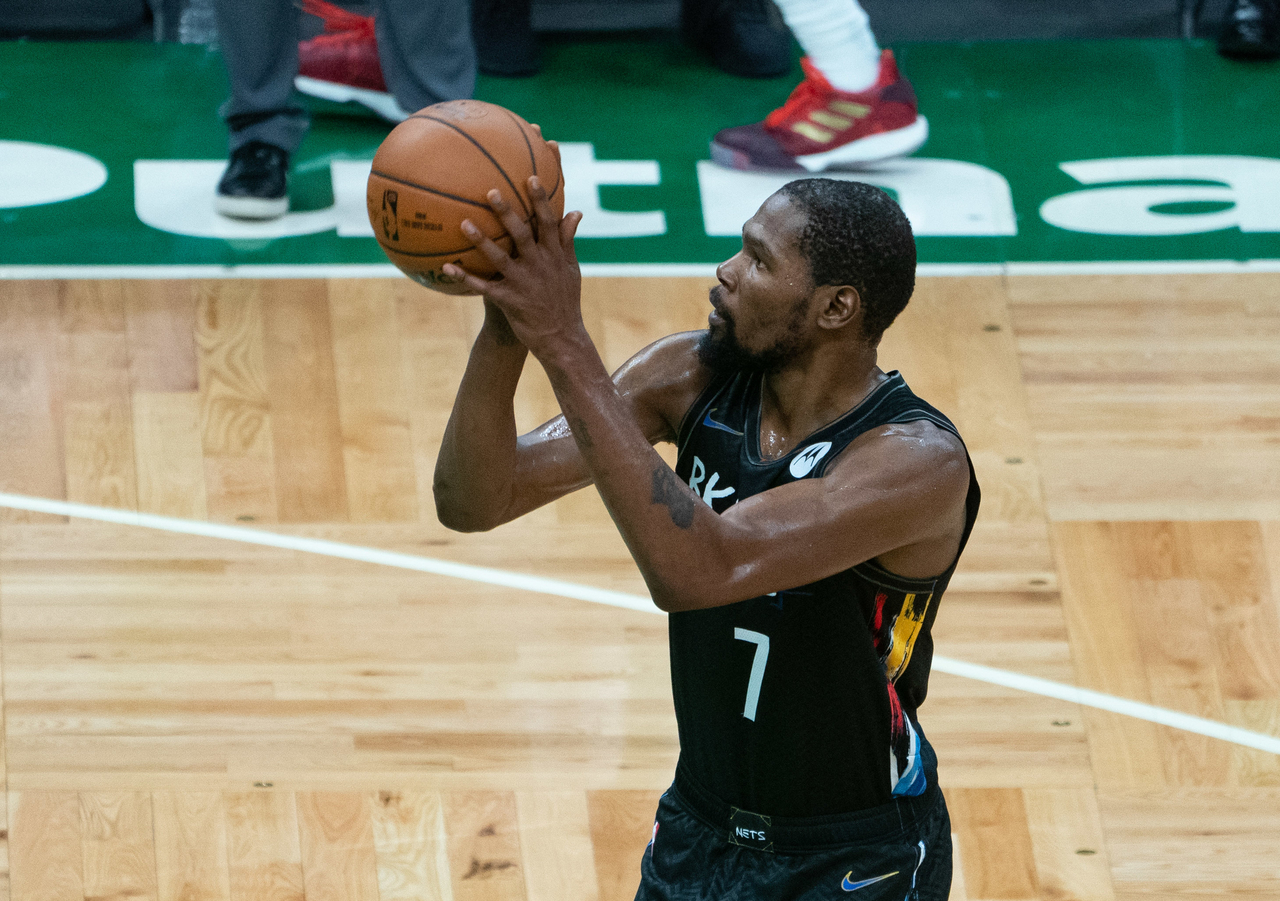 Kevin Durant attempts a free throw