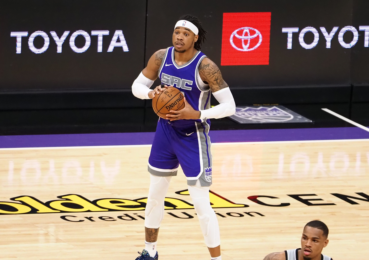 Richaun Holmes looking for a pass