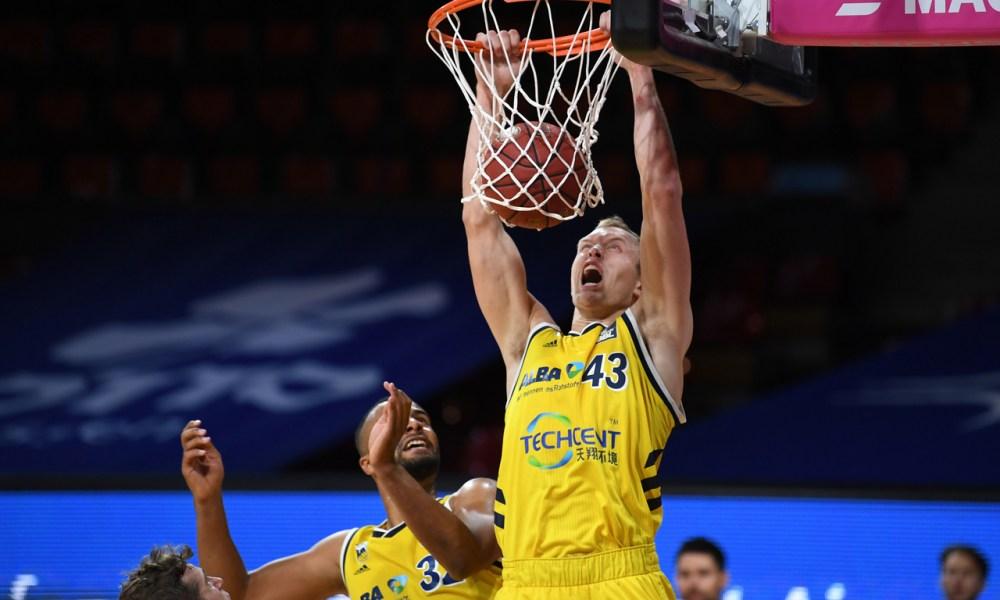 Luke Sikma dunks in the German league