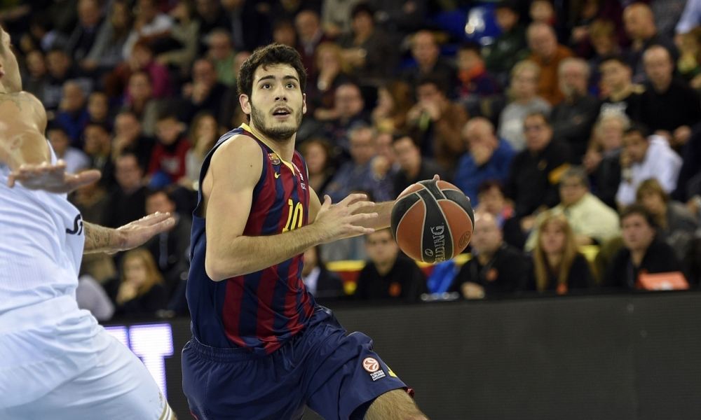 Alex Abrines drives the ball to the hoop